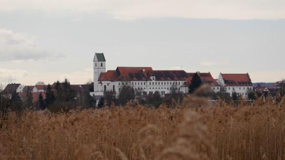 Kloster Bad Buchau vom Federseesteg, März 2017