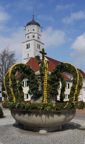 Osterbrunnen und Stadtpfarrkirche Illertissen, 2012
