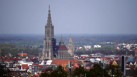 Das Münster als dominierendes Gebäude in der Ulmer Altstadt, April 2017