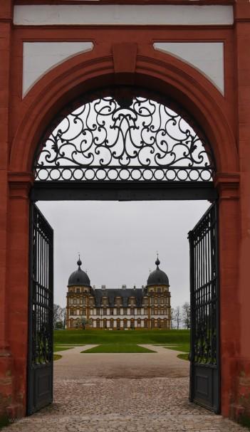 Traumhafter Blick durch das Tor zum Schloss