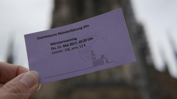 Mit der Karte vor dem Münster, Mai 2017