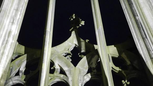 Erleuchtetes Maßwerk an der Fassade, Mai 2017