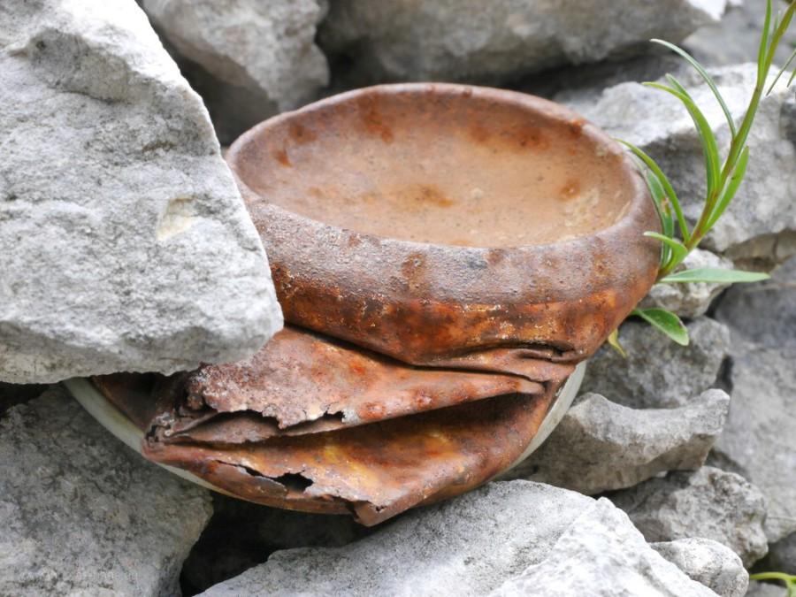 Getränkedose zwischen Steinen...