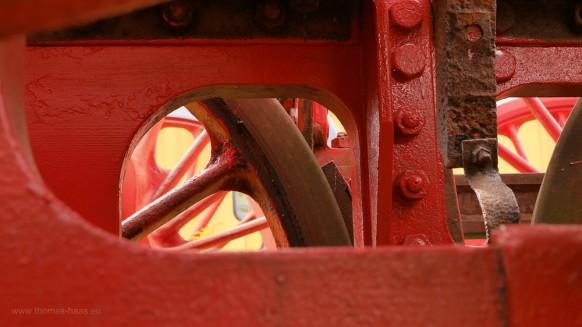 Durch die Speichen der Antriebsräder, der Unterbau