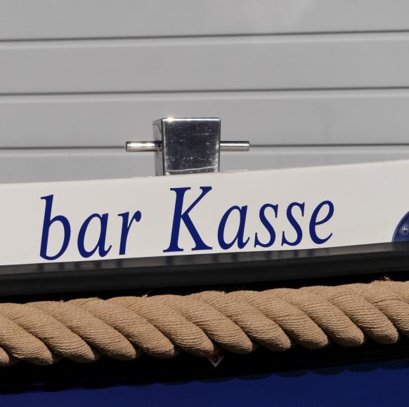 Wortspiel an Yacht - bar Kasse - Barkasse, Oktober 2017