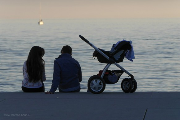 Junges Paar und Kinderwagen am Bodensee
