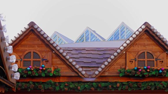 Blick über den Weihnchtsmarkt zu den Giebeln des Stadthauses, 2017
