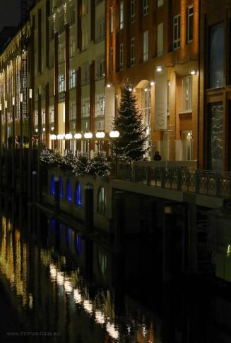Lichter spiegeln sich im Bleichenfleet, Hamburg, 2017