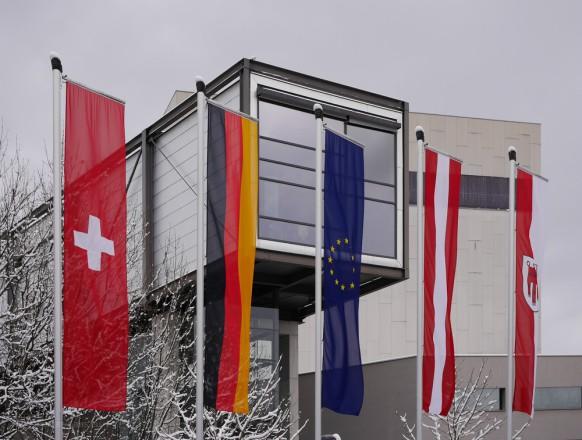 Internationale Fahnen vor dem Festspielhaus in Bregenz