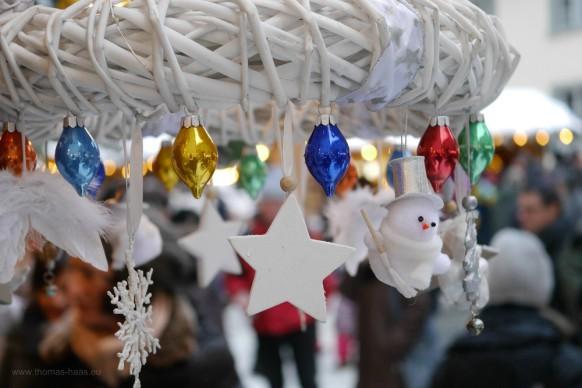 Zapfen und Figuren am weißen Kranz, Weihnachten 2017