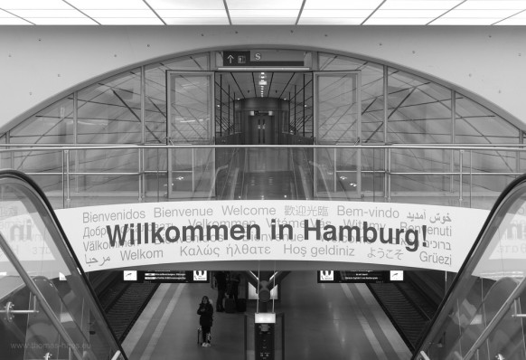s/w-Motiv vom Abgang sn der S1 im Hamburger Flughafen, Dezember 2017