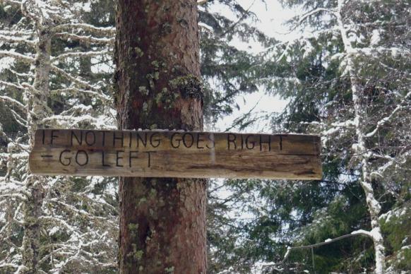 Hinweisschild im Wald, Bergen, Norwegen, Februar 2018