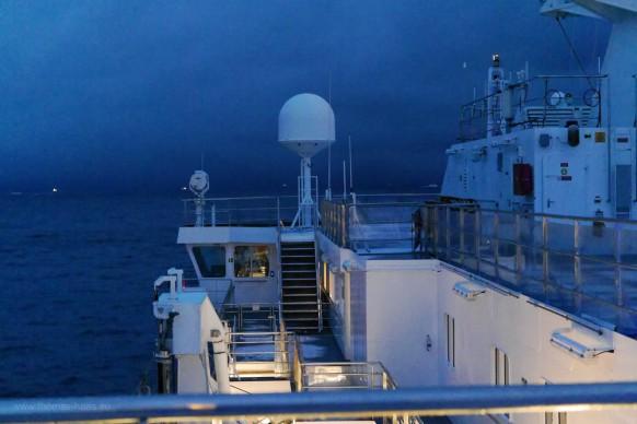 Blaue Stunde auf See, Licht auf der Brücke...