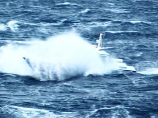 Seegang und ein Fischerboot...