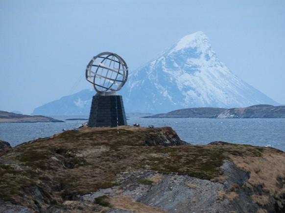 Der Globus auf der kleinen Insel Vikingen markiert den Polarkreis...