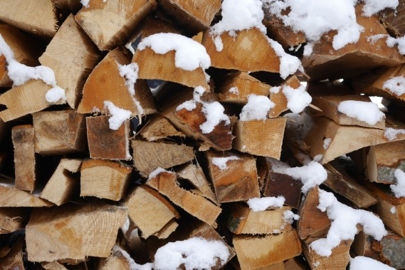 Holzscheite im Schnee, 2018