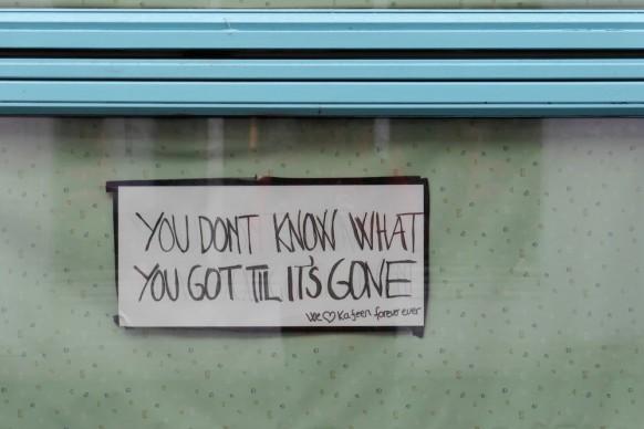 Plakat im Fenster eines ehemaligen Cafés