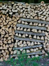 Holzscheite gestapelt.