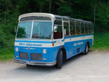 Oldtimer Reisebus auf dem Parkplatz der Höhle