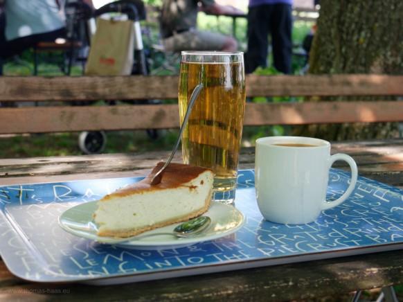 Verköstigung: Käsekuchen, Kaffee und Mostschorle...