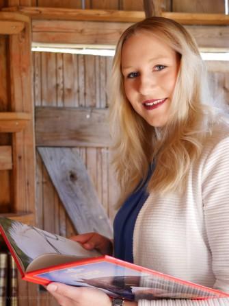 Portrait einer jungen Frau im Bücherstadel, 2018