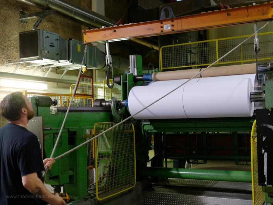 Rollenwechsel an der Papiermaschine