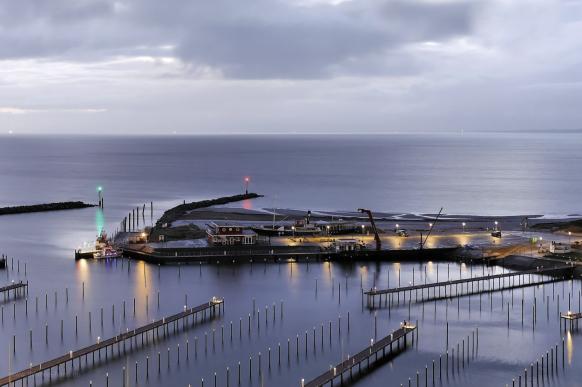 Damp. der leere Yachtafen im Winter, Dezember 2018
