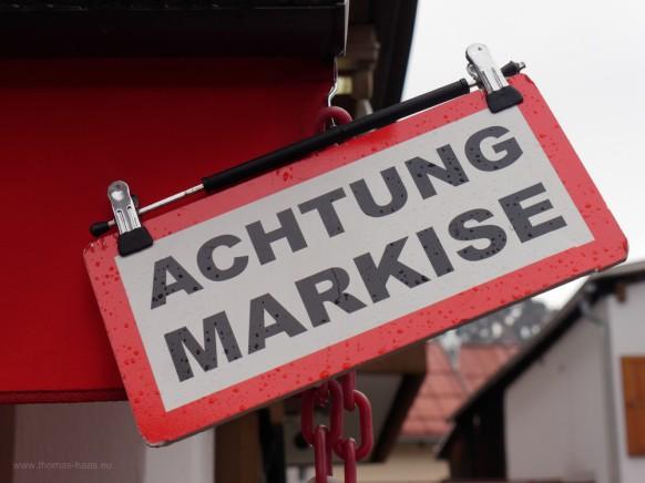 Warnschild vor Markise...