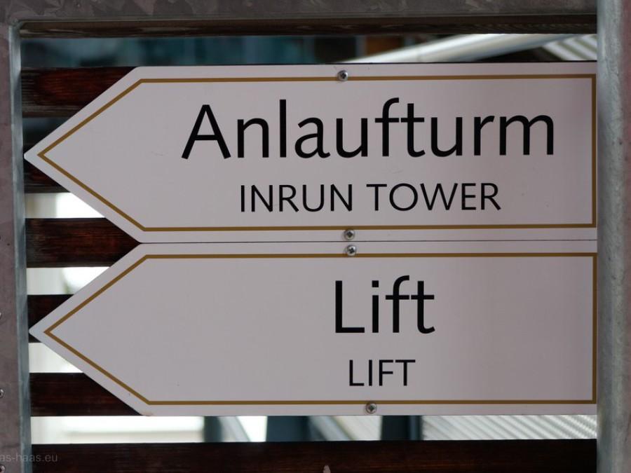 Hinweistafel auf Lift und Turm...
