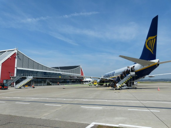 Terminal und Flieger am Allgäu-Airport, April 2019