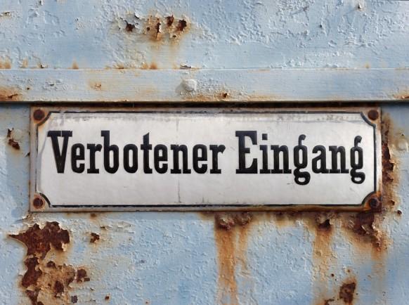 """Eine eisentüre mit Hinweisschild, """"Verbotener Eingang"""", Memmingen, 2019"""