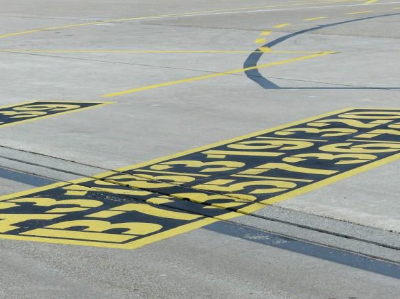 Markierungen auf dem Flughafen