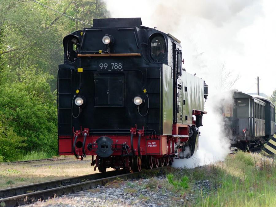 Der Zug kommt! - Die Lok fährt zu den Waggons...