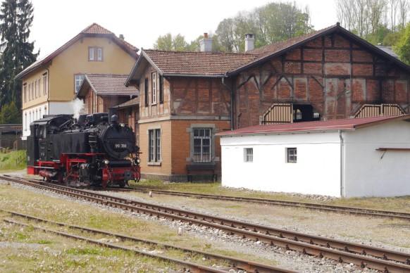 Lokschuppen in Ochsenhausen, Mai 2019, das Öchsle färt eben vorbei...