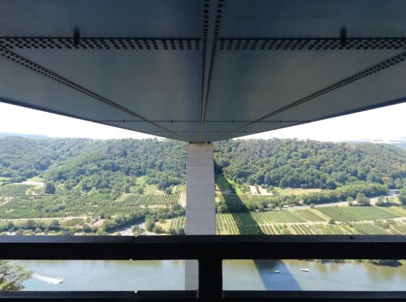 Die Moseltalbrücke vom Verbindungsweg der Autobahnparkplätze aus gesehen, juli 2019