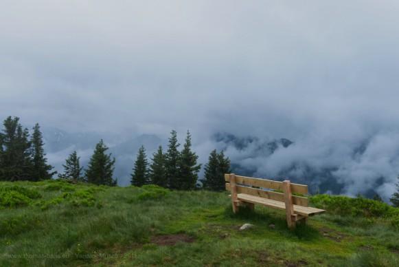 Eine Holzbank mit einer Nebelwand...