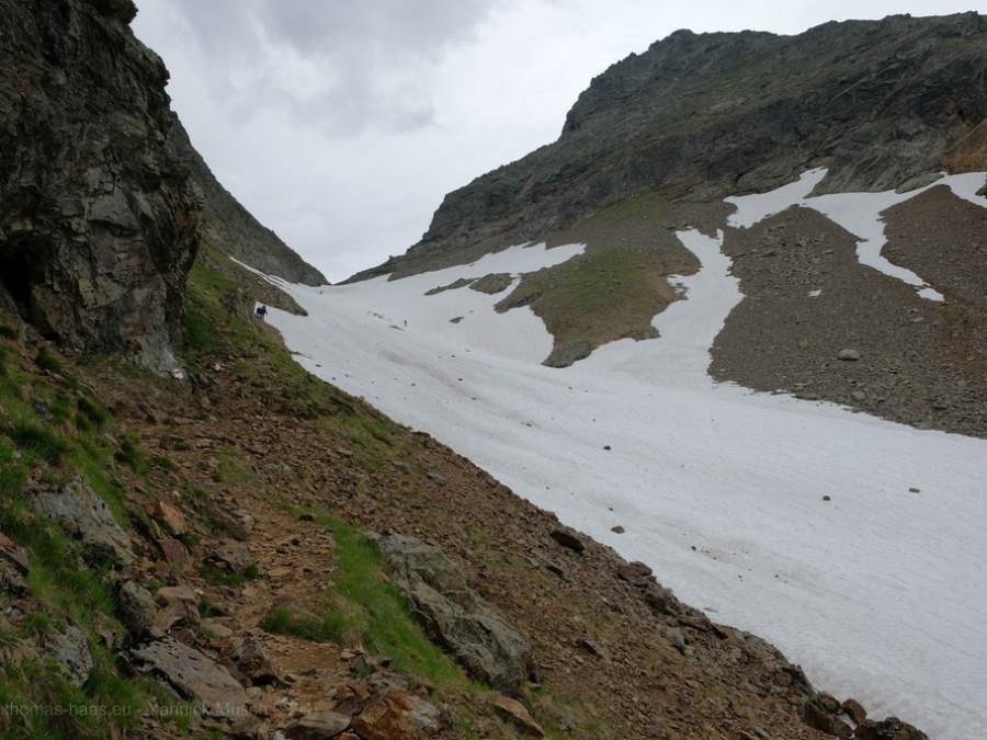 Schneefeld am Wanderweg, Juli 2019, Yannick Musch