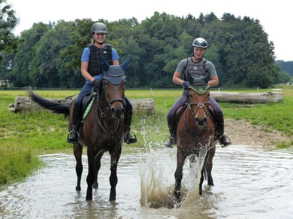 Reiterinnen und Pferde im Wasergraben, Weißebnhorn. 2019