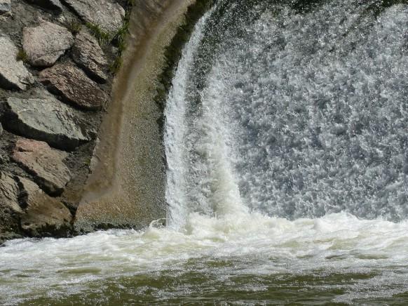 Wasser an der Staustufe, Dietenheim, August 2019