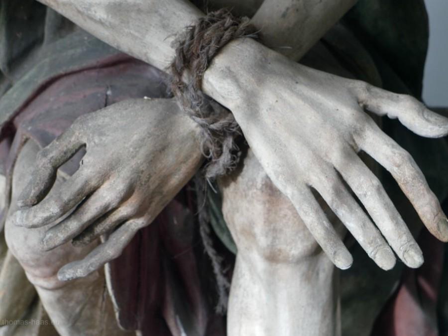 Kreuzweg, Detail, gefesselte Hände, Christusfigur
