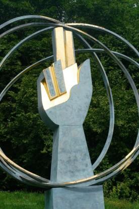 Die Hand, Hoffnungspfad, teilvergoldete Skulptur, Rudolf Kurz, Ellwangen, 2017