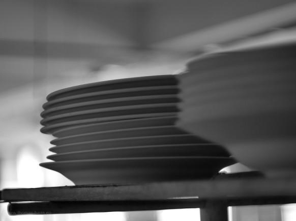 Teller auf Holzgestell, Arzberg, Porzellanfabrik, 2019