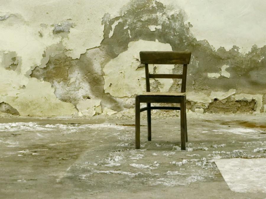 Stuhl in leerem Raum, 2019