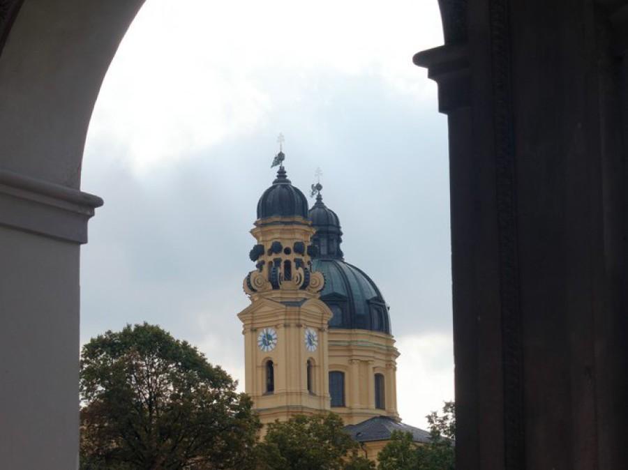 Durchblick vom Hofgartn zur Theatinerkirche, München, 2019