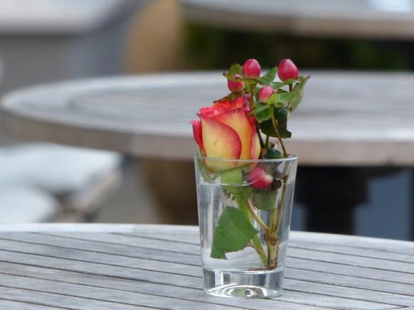 Bild des Monats, Januar 2020, Blümchen im Wasserglas, Floristik im Gastrobereich, Outdoor, Hamburg, Dezember 2019