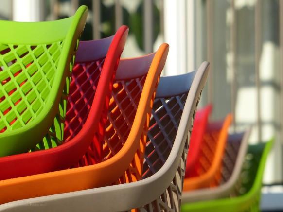 Bild des mOnats, mai 2020, Wartezeit -bunte Stühle in Weißenhorn, Corona-Zeiten...