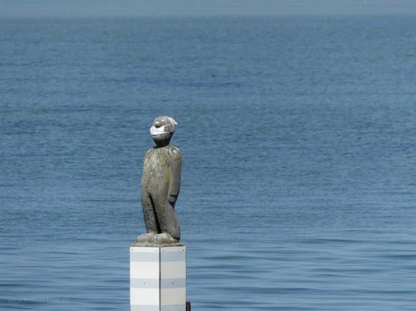 Skulptur auf der Mole: Mundschutz!