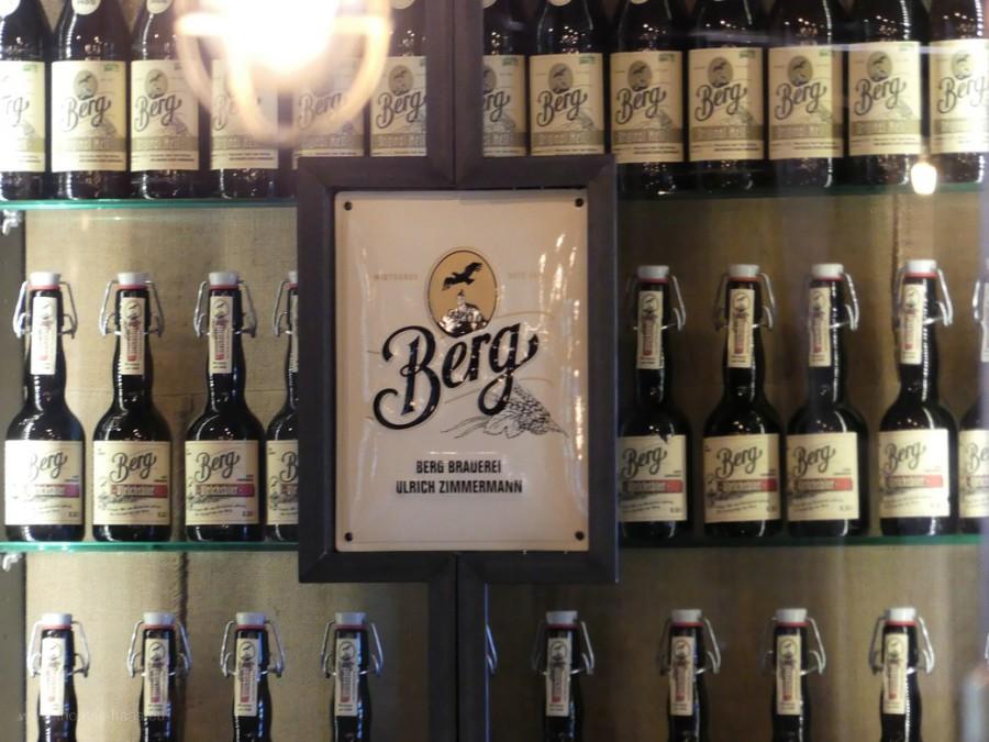 Bierflaschen im Regal der Berg Brauerei
