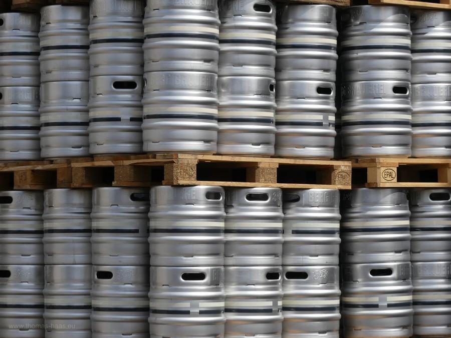 Bierfässer auf Euro-Paletten...