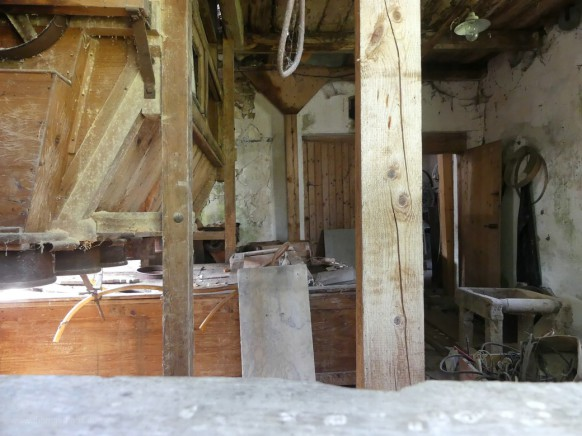 alte Mühle Ronsberg, durch das Fenster...
